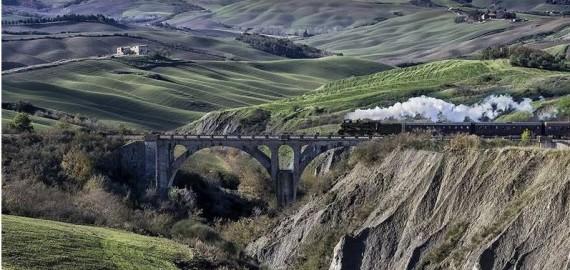 im historischen Zug durch spektakuläre Landschaften der Toskana