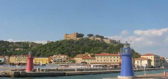 Der Hafen von Castiglione della Pescaia mit Blick auf die Burg