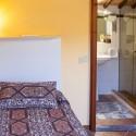 Schlafzimmer mit zwei Einzelbetten und Bad