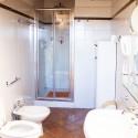 das größere Bad mit Dusche