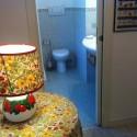 das angrenzende Badezimmer