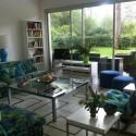 großer heller Wohnraum mit Sitzecke