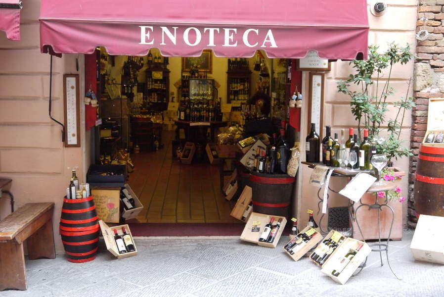 Montepulciano - typische Enoteca an der Hauptstraße