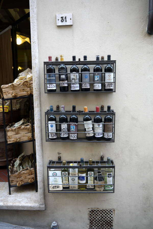 Montepulciano - Einladende Geschäfte mit Delikatessen und Weinen