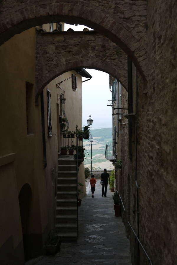 Sehenswürdigkeiten in Montepulciano - typische Gasse mit Blick auf das Val di Chiana