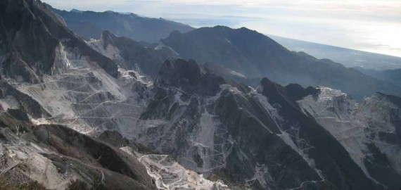 Carrara Marmorberge und Meer