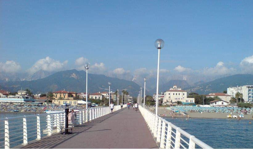 Landungsbrücke bei Marina di Massa