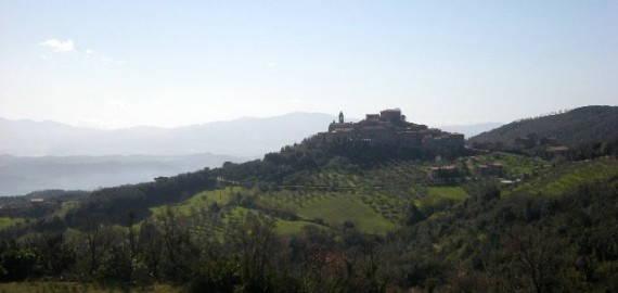 das kleine Hügeldorf Pari in der Alta Maremma
