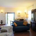 großer Wohnraum mit gemütlicher Sitzecke und Essbereich am Eingang