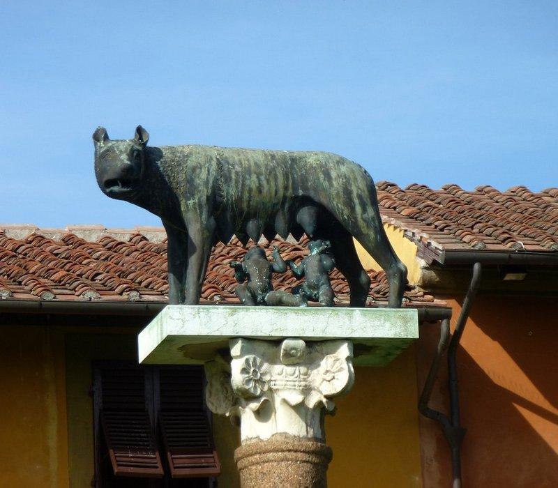 Die Statue der Kapitolinischen Wölfin mit Romulus und Remus