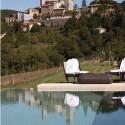 Thermalbad mit Blick auf den mittelalterlichen Ort