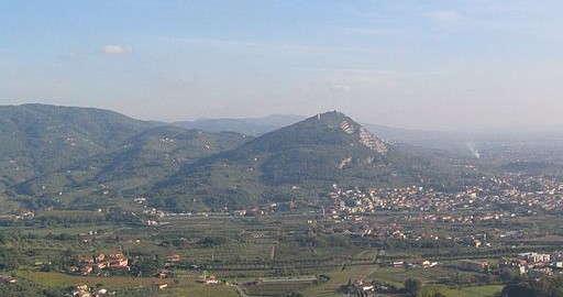 der Hügel Monsummano Alto, gesehen von Montecatini Alto aus (Foto von Autor Lucarelli, Wikimedia Commons)