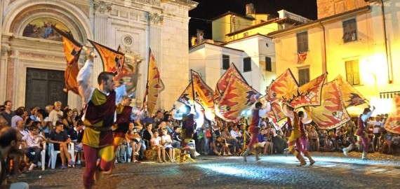Medievalis - Fahnenträger auf der Piazza
