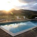 der Swimmingpool mit herrlicher Panoramasicht und Sonnenuntergangsstimmung
