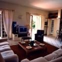 großer Wohnraum mit gemütlicher Sitzecke