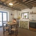 große komfortable Küche mit Essplatz