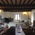 Ferienhaus Caprino - Wohnraum mit Kaminecke und Essbereich