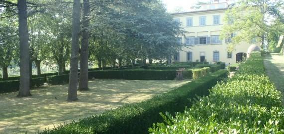 der parkähnliche Garten der Villa