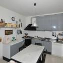 Ferienhaus Versiliana - die komfortable Küche mit Essplatz