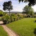 Agriturismo Santa Maria - Garten und überdachte Parkplätze im Hintergrund