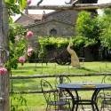 liebevoll gestalteter Garten mit verschiedenen Relaxzonen