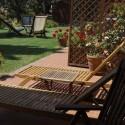privater Terrassenbereich mit Sonnenliegen