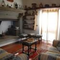 Der Wohnraum mit Sitzecke am Kamin