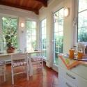 Küche mit Essplatz und Zugang zum Garten