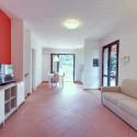Ferienhaus Rocchette Sabbia - Wohnraum mit TV-Ecke