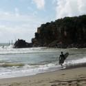 Surfer in der Badebucht Le Rocchette