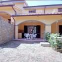 Ferienhaus Onda - die Rückseite des Hauses mit Garten und Terrasse