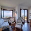 heller Wohnraum mit Balkon